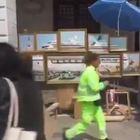 BANKSY Artista ambulante in Piazza San Marco a Venezia. E i vigili lo cacciano