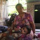 Una famiglia povera nutre la propria bambina con 5 tazze di caffè, perché non ha i soldi per il latte