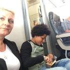 I posti in aereo non ci sono: «Sedetevi per terra». L'incubo di una famiglia dopo le vacanze