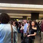 • Migliaia di passeggeri bloccati, molti se ne sono andati-Video