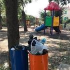 Degrado al parco giochi Bottazzi: bimbi costretti a giocare tra i rifiuti