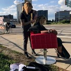 Katie, la parrucchiera di strada: gira la città e taglia i capelli gratis ai senzatetto