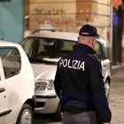 Napoli, ruba cellulare a turista: investito nella fuga e arrestato
