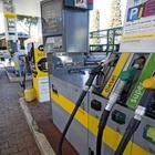 Il benzinaio dimentica di inserire il self: in 80 fanno il pieno gratis