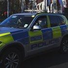 Travolge con l'auto 5 alunni davanti alla scuola, uccide un 12enne e scappa: è caccia all'uomo