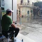 Le vie restano allagate dopo l'acquazzone, e l'attore fa il pescatore in strada