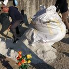 L'uomo mentre cerca di svuotare il sacco pieno di ghiaino dall'area dove doveva esserci la fossa