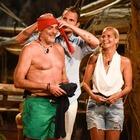 """Paolo Brosio show: si """"cala"""" le mutande nel fango. Alessia Marcuzzi: «Oddio è nudo!»"""
