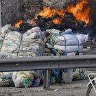 Rifiuti in fiamme, l'appello di Costa: «Applicare le direttive di Salvini»