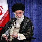 Iran, la minaccia di Khamenei: «Europa, compra il greggio da noi, altrimenti l'accordo nucleare salta»