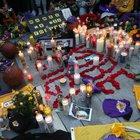 Kobe Bryant morto, l'omaggio commosso dei tifosi fra candele, fiori e striscioni