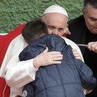 Il Papa a Corviale abbraccia un bimbo che piange per il padre morto