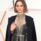 Oscar 2020, la protesta di Natalie Portman: i nomi delle registe snobbate alle nomination ricamati sul mantello