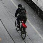 Attacchi con l'acido ai ciclisti per rubargli le bici: condanna esemplare per un 17enne