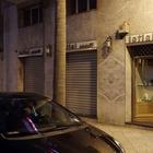 Quattro banditi armati irrompono in gioielleria: la proprietaria li mette in fuga