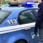 """Agguato a Roma: uomo ucciso sul ballatoio di casa. I testimoni: """"Urla e spari"""", caccia al killer"""