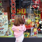 Paura al negozio di giocattoli, uomo armato fa irruzione e fugge con l'incasso