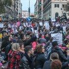 Migliaia al corteo contro la violenza alle donne: 5 minuti di silenzio per le vittime