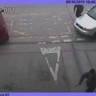 Aggrediscono un uomo a colpi d'ascia: la telecamera di sorveglianza ha ripreso tutto