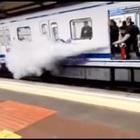 I writers dipingono un vagone, il macchinista della metro spara con un estintore per farli fuggire