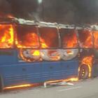 Firenze, terrore lungo l'A1: pullman in fiamme, autostrada chiusa