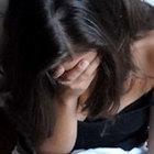 La spogliano per violentarla, 19enne riesce a fuggire. È caccia agli stupratori
