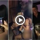 Compie 12 anni, il padre per regalo ingaggia due stripper per lui: il video sconvolge e divide il web