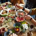 Gli invitati non apprezzano la sua cucina, padrona di casa avvelena i commensali e li uccide
