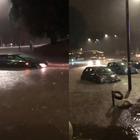 Maltempo a Roma, auto sommerse dall'acqua. Il video su Twitter: «Vi avanza una gondola?»