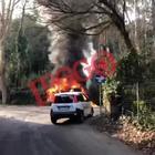 Le fiamme avvolgono il mezzo, strada chiusa al traffico Video