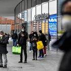 Milano, lunghe code ai supermercati
