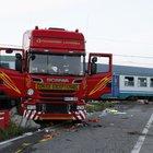 Torino, treno deragliato dopo urto tir autista indagato: disastro ferroviario