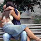 Sesso su una panchina davanti a tutti: amanti focosi arrestati. Lui ha 29 anni, lei 23