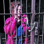 Atti vandalici a ripetizione,  s'incatena al cancello per protesta