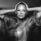 Pamela Anderson nuda, trasparenze hot su Instagram. E il post è criptico