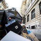 Caso rifiuti davanti alle scuole di Roma, la Grillo gela Raggi: «Il Comune pulisca»