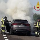 Paura in autostrada: la nuovissima Audi Q8 si incendia all'altezza del casello Foto