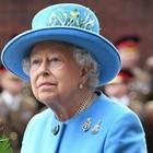 Regina Elisabetta, paura per la sovrana. Cancella un tè all'ultimo minuto. «Sta male...»