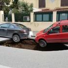 Roma sprofonda, un'altra voragine si apre sull'Appia: inghiottite 2 auto Strada chiusa al traffico