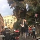 Cancelli chiusi a Colle Oppio: custodi senza stipendio non aprono. Ragazzi costretti a scavalcare per andare a scuola