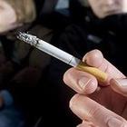Mamma fuma in auto davanti ai figlioletti, arriva la maxi multa