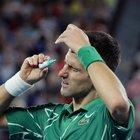 Australian Open, Djokovic usa il collirio durante il match