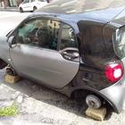 Napoli, torna la gang dei pneumatici: Smart abbandonata sui mattoni in pieno centro