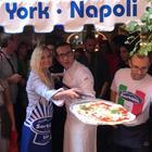 Sorpresa ai Decumani: l'attrice Grecia Colmenares «pizzaiola» con Gino Sorbillo