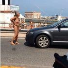 Fano, si spoglia nuda e si piazza davanti alle auto in mezzo alla strada