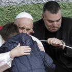 Il Papa abbraccia il bimbo che piange per il papà