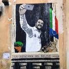 """Roma, nuovo murale di Tvboy: """"La dittatura del selfie"""" di Salvini rimosso in poche ore"""