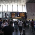 Caos treni, la situazione in stazione a Roma (Lapresse)