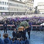 Centinaia in piazza per il funerale a Firenze: «Ciao Capitano»