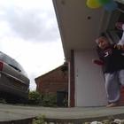 Il bimbo malato di cancro sta morendo: il papà si traveste da Spiderman per il suo 5° compleanno